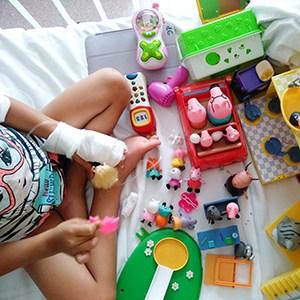 bambina-con-giochi